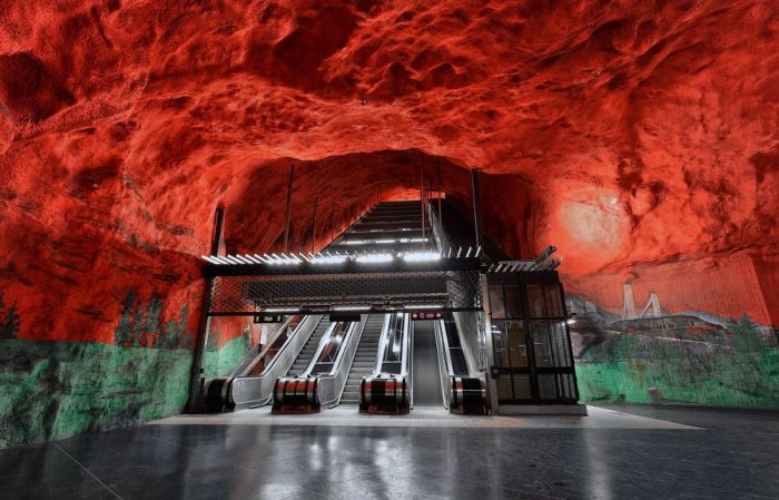 The red rock walls surrounding the escalator at this particular station gives one the impression that it may be the stairway to Hell. Photo: Alexander Dragunov